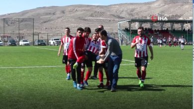 Ayağı kırılan futbolcu, sedye olmadığı için kucakta taşındı