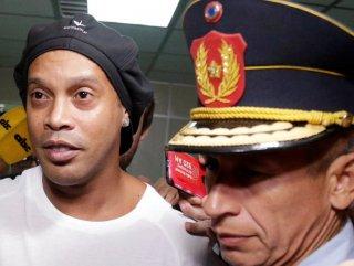 Eski yıldız futbolcu Ronaldinho, Paraguay'da tutuklandı