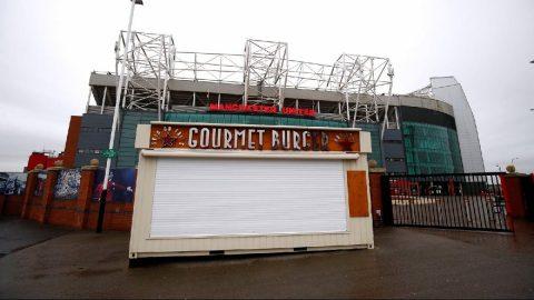 Manchester United`dan çalışanlarına `corona` jesti!