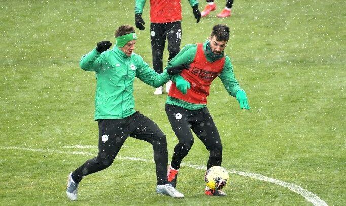 Konyaspor, Gençlerbirliği hazırlıklarını kar aşağı sürdürdü