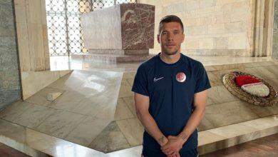 Podolski, Anıtkabiri ziyaret etti