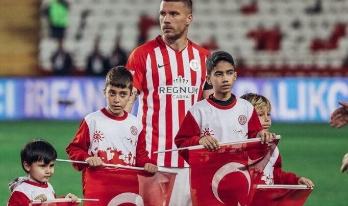 Lukas Podolski'den maskeli pazar alışverişi paylaşımı